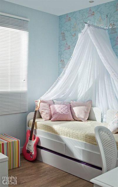 quarto feminino com papel de parede