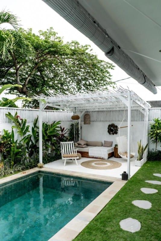 Casa com jardim pequeno e piscina