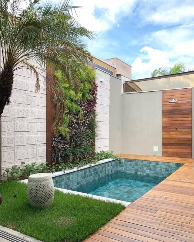 Dicas de paisagismo para jardim pequeno com piscina e deck