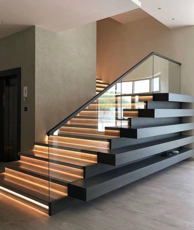 Escada luxuosa moderna preta com madeira