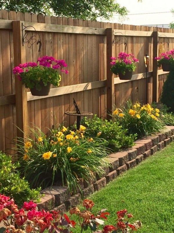 Jardim com flores e cerca de madeira