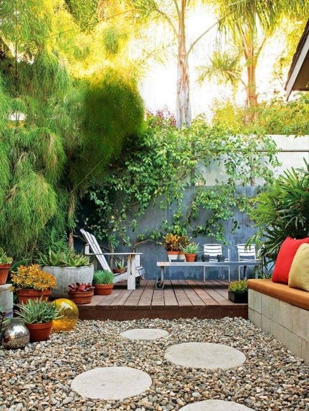 Jardim residencial com deck e pedriscos