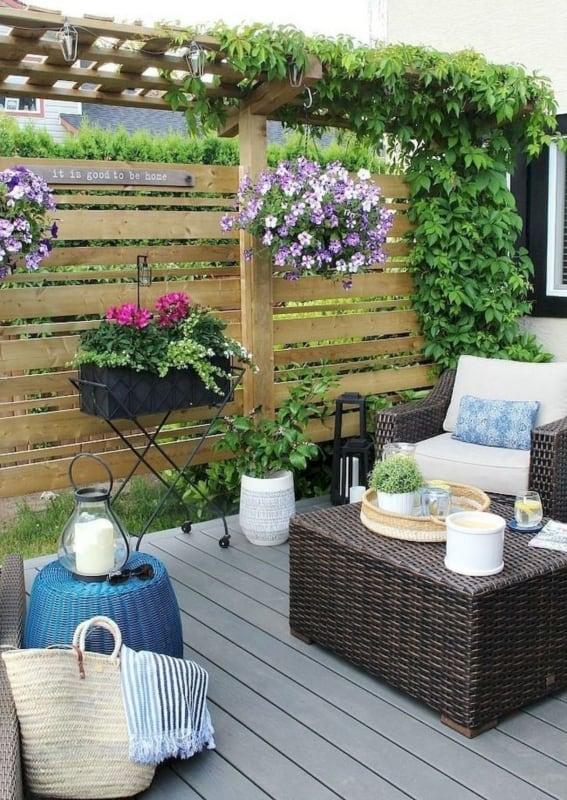 Modelo de jardim pequeno com deck