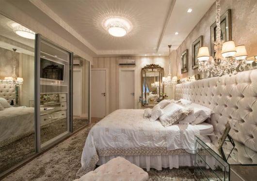 No quarto de luxo a decoração tem cores suaves (bege e branco) em