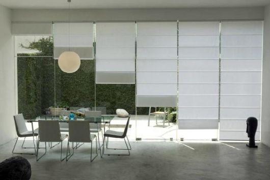 sala de jantar com parede vidro