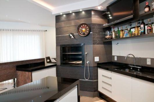cozinha decorada em marrom e branco