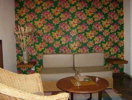 sala com parede de tecido