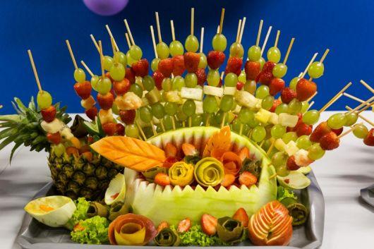 frutas em espetos