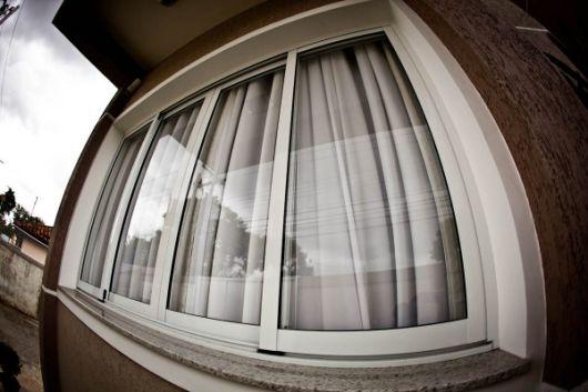 casa com janela de vidro