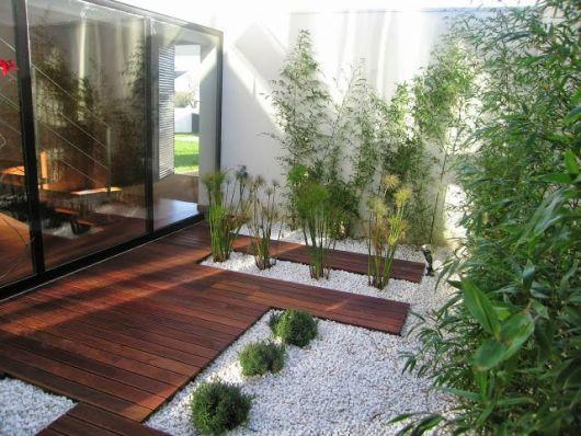 pedrinhas brancas e bambu