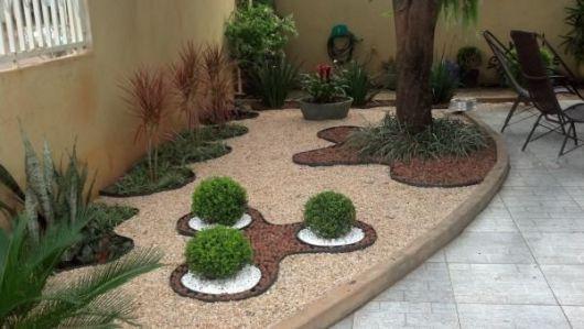 As linhas arredondadas marcam a decoração com pedrinhas e plantas