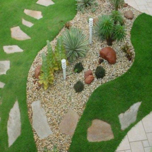 gramado e pedras