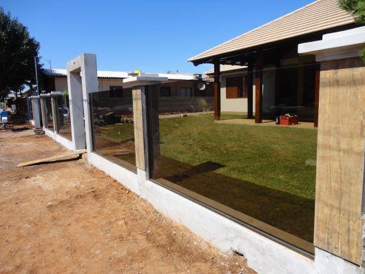 Casa com janela de madeira