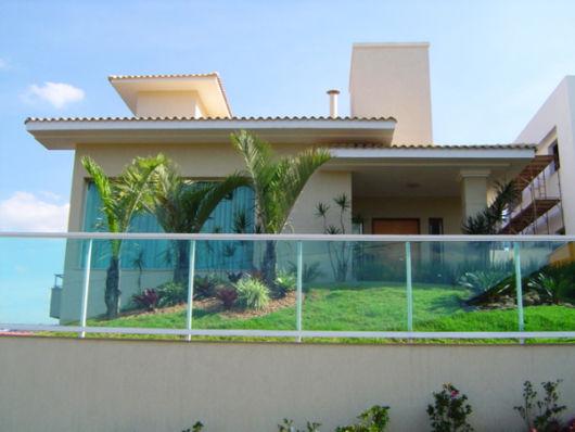 casa com jardim na frente