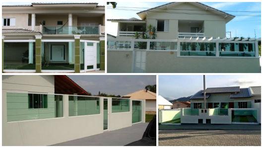 Casas com muro de alvenaria e vidro