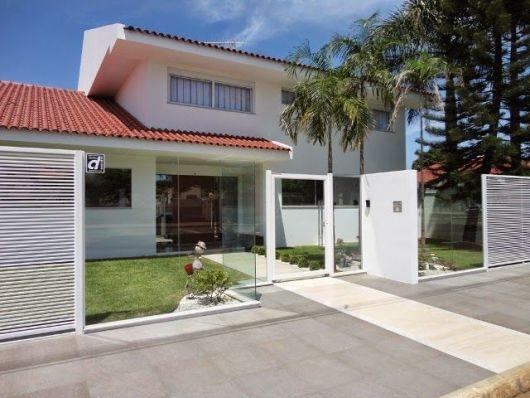 Casa com muro moderno