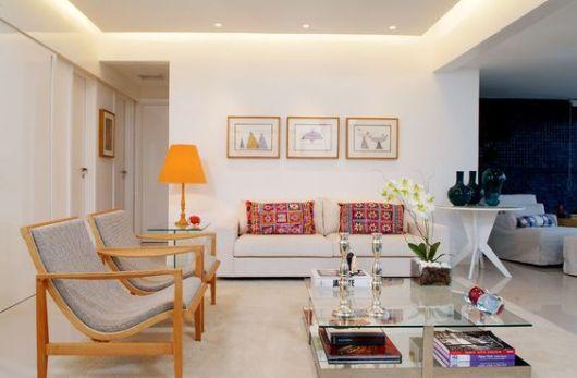 Como Decorar Sala De Estar Moderna ~ abajur laranjado dá destaque a decor