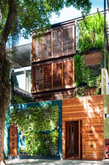 fachada decorada com madeira