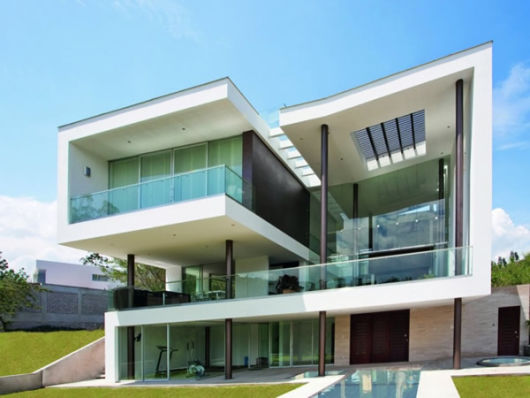 casa com guarda-corpo de vidro