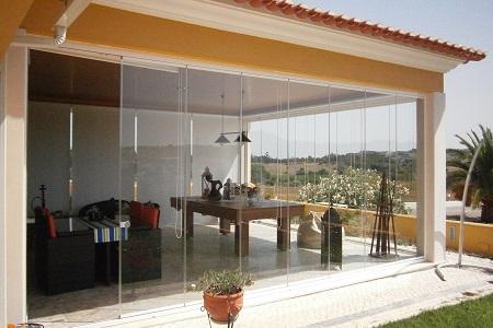 A abertura em vidro permite integrar os ambientes. varanda de vidro