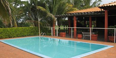 piscina com cercado verde