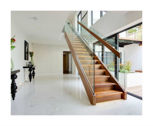 sala moderna com escada