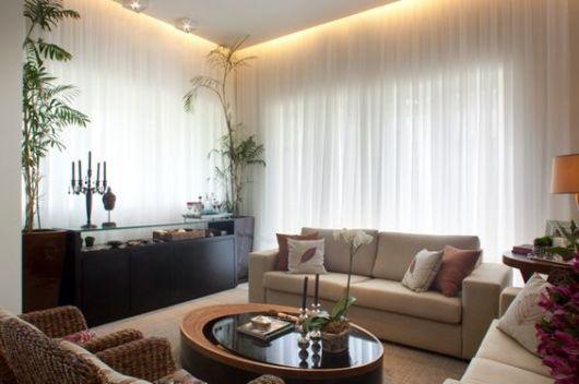 sala com paredes de vidro e cortina