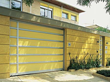 A pintura amarela dá alegria e destaque a fachada