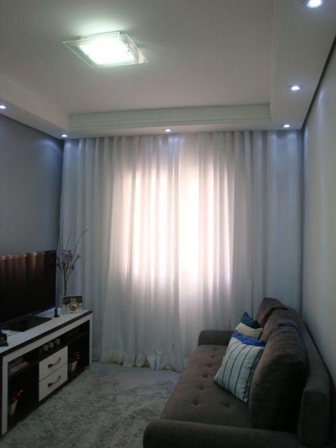 Cortinas Sala Pequena Apartamento ~ cadeira de acrílico no canto dá traços da decor moderna