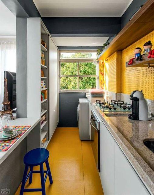 cozinha corredor colorida