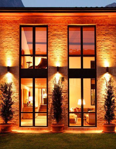 casa com janelas de vidro