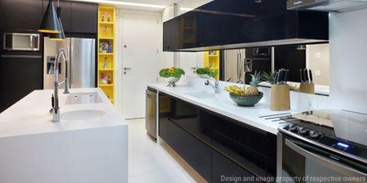 armário preto de cozinha