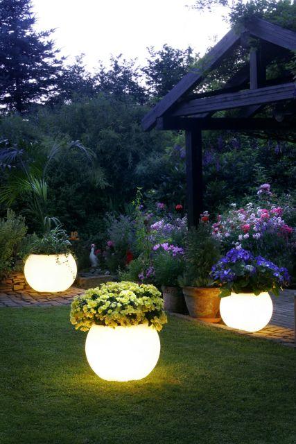jardim com vasos de flores