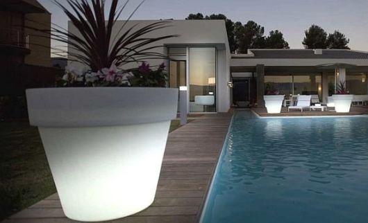 piscina com vasos de plantas