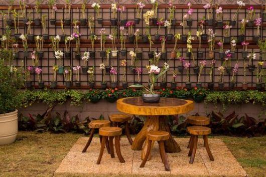 mesa de madeira com banco dá um estilo confortável ao projeto