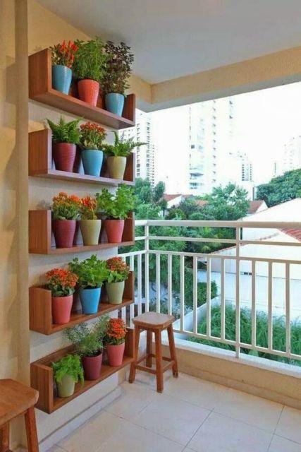 sacada decorada com plantas
