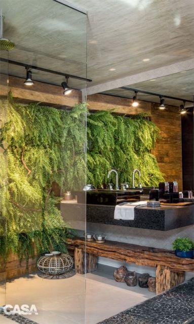 banheiro com parede de plantas