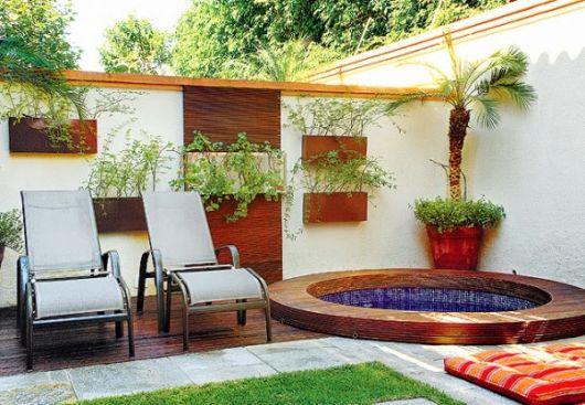 vasos de plantas na parede