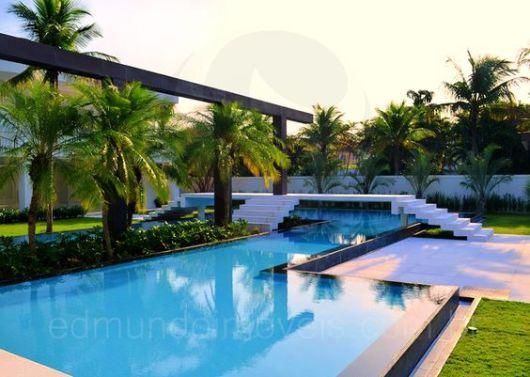 Piscina com borda infinita como funciona e projetos for Casa moderna piscina