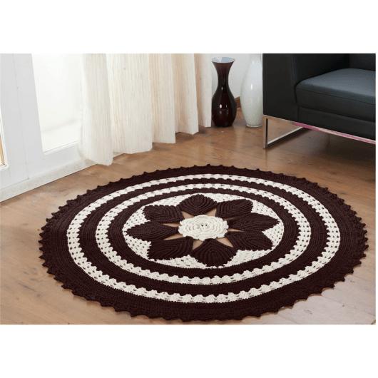 Tapete de crochê redondo preto e branco com flor no centro