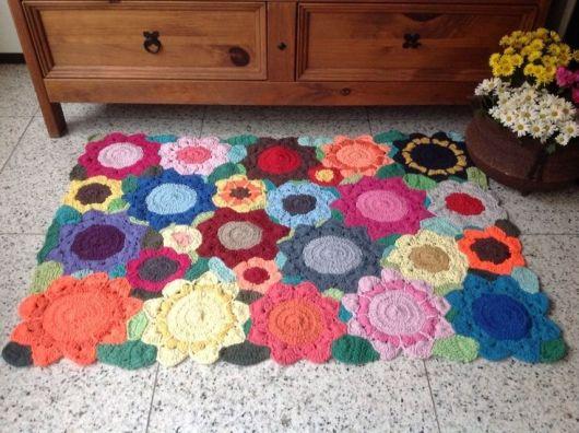 Os desenhos de flores se destacam perto da peça rústica