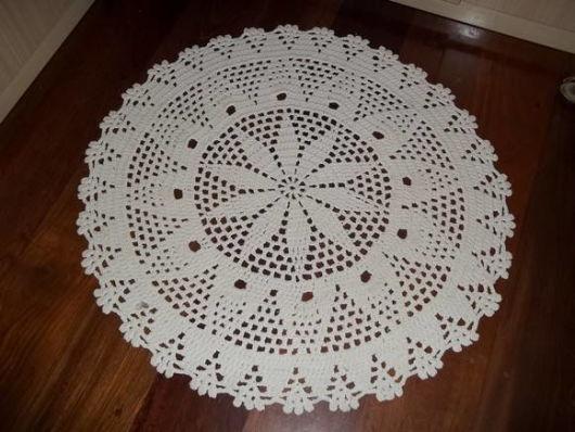 tapete de croche redondo decorado com flor