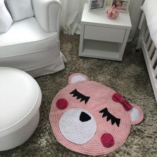 tapete de crochê de urso rosa em quarto de bebê