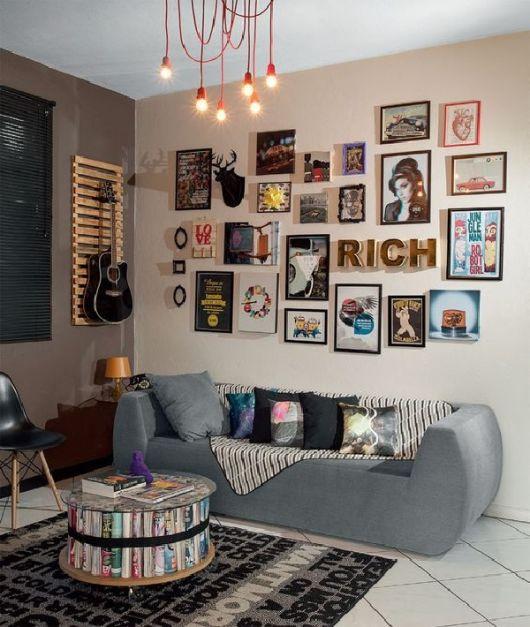 Sala simples com quadros