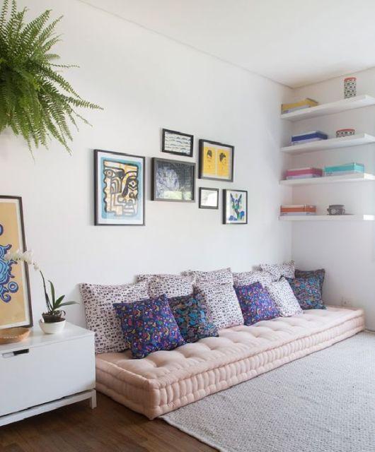 Sala com sofá no chão