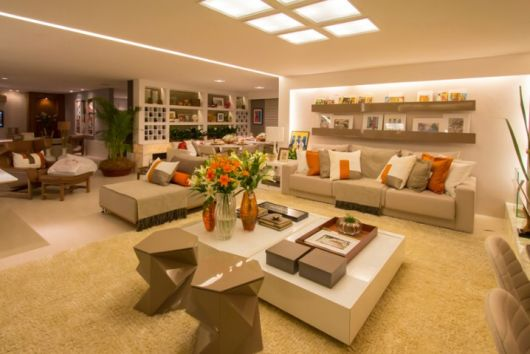 Como arrumar uma sala de estar grande for Sala de estar grande com escada