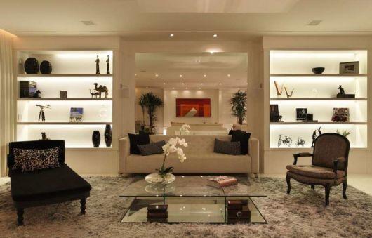 Nichos Na Sala De Tv ~ Detalhes alaranjados compõem a decor e deixam o ambiente moderno
