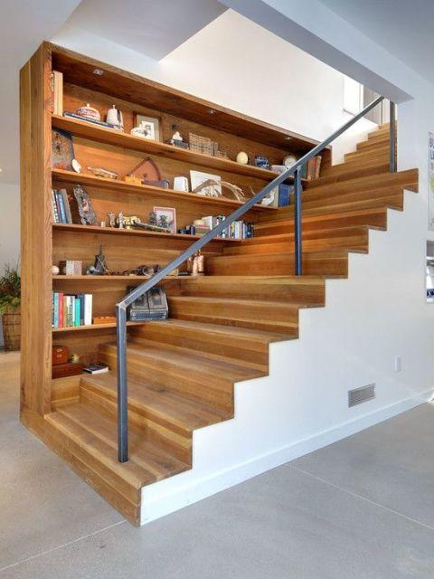 escada revestida de madeira