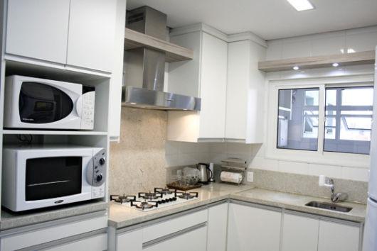 cozinha com armário suspenso