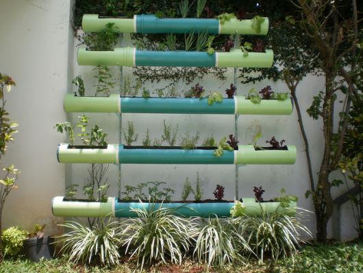 Os canos de PVC foram pintados em tons de verde